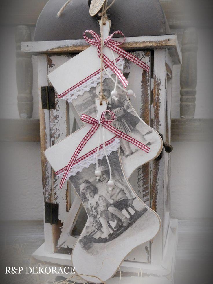 Botičky+ve+VINTAGE+......Závěsné+dřevěné+botičky.......+Závěsné+dřevěné+botičky+s+obrázkem+dětí.+Zavěsit+se+dají+kamkoli:+na+úchytku+na+skříň,+háček+na+stěnu,+kliku+od+dveří..+Krásné+darovat+jako+dárek...+Rozměry+14+x+10+cm+Botičkybudou+něžnou+ozdobou+každého+interiéru.