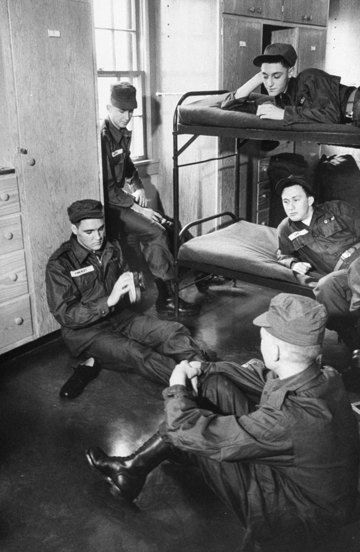 Or remain in touch with his adoring public. | 21 Unbelievable Candid Photographs Of Elvis Presley In The Army