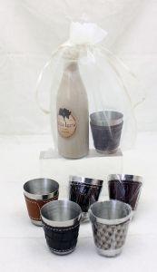 Detalle Boda Botellita cristal con licores surtidos con chupito polipiel en Bolsa Organza para regalo invitados #Grandetalles