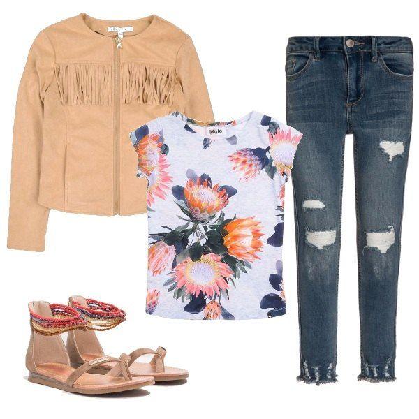 L'outfit è composto da una giacca in similpelle effetto scamosciato con frange e chiusura con zip, una t-shirt in fantasia floreale, un paio di jeans skinny fit con strappi ed un paio di sandali bassi con cinturino alla caviglia in perline colorate.