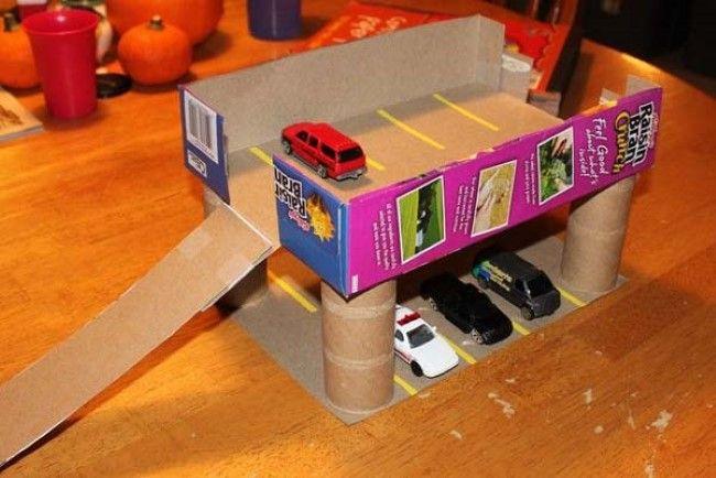 Caixa de cereal transformada em garagem para os carrinhos