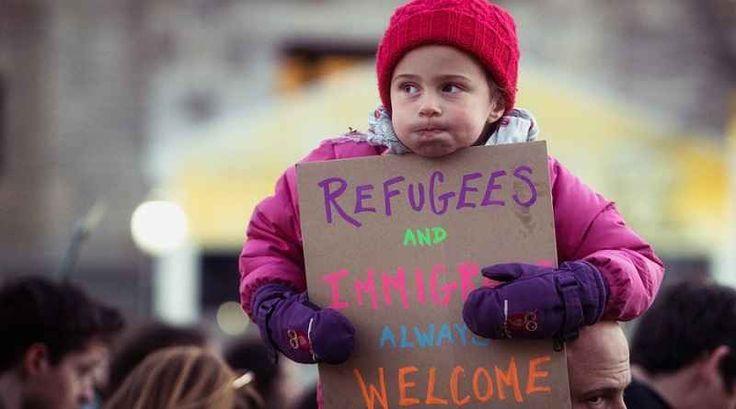 Intervista a Liam Thornton, professore associato di Diritto a Dublino, sulla legittimità degli ordini esecutivi di Trump Lo scorso 27 gennaio, il neo presidente Donald Trump ha firmato un ordine esecutivo con il quale viene impedito temporaneamente l'ingresso negli Stati Uniti alla maggior parte dei rifugiati e sospeso #dirittointernazionale #immigrazione
