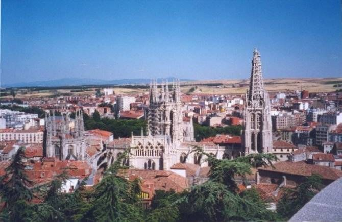 8 días - 7 noches  Conoce las maravillas del Camino de Santiago en bicicleta. Visita lugares mágicos y disfruta de la naturaleza. Empieza el Camino en Burgos, pasando por León, Portomarín, Rùa, terminando en Santiago de Compostela. Te ofrecemos los lugares ideales para pernoctar por el trato y las condiciones de los  hoteles, de los kilómetros y de los perfiles. http://www.tusofertasdeviaje.com/oferta/viaje/espana/9251/camino_frances_en_bicicleta_burgos_-__santiago_de_compostela_