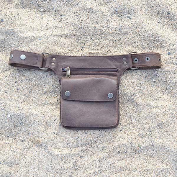 Riñoneras de piel unisex y regulable. Modelo Large color marrón disponible en riñonera.com