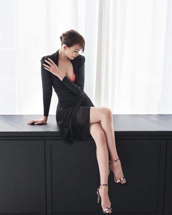 'Superman Returns' Yano Shiho Shares Sexy Office Wear - http://asianpin.com/superman-returns-yano-shiho-shares-sexy-office-wear/