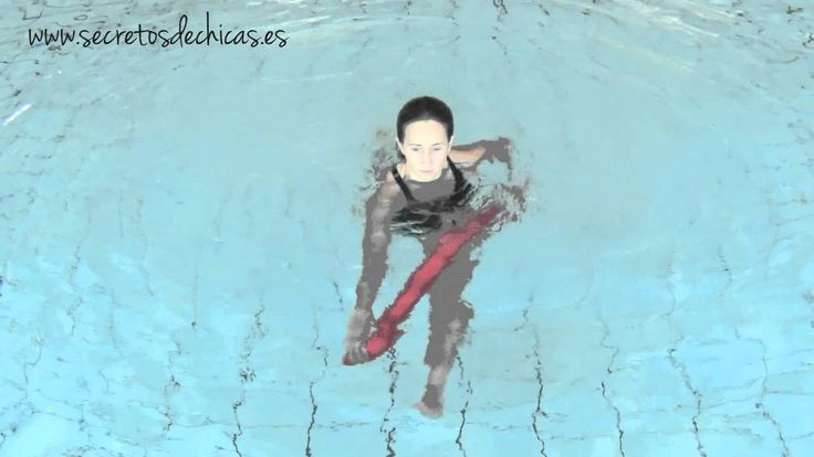 Aquagym: ejercicios con el churro en el agua.