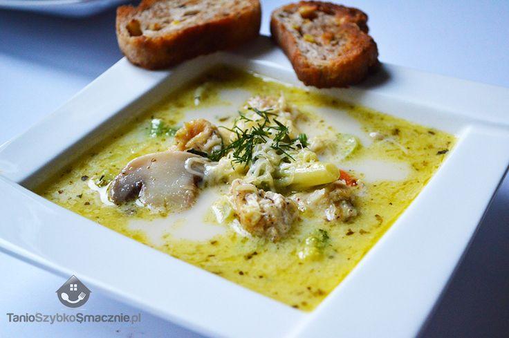 Pieczarkowa z serem i kurczakiem. Ciepłe grzanki, roztopiony ser i aromatyczna, sycąca zupa, to idealny posiłek dla zmarzniętego człowieka.