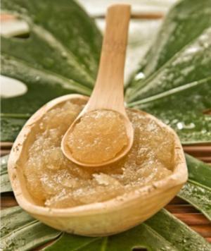 Mezcle el azúcar con aceite (como el aceite de almendras o aceite de oliva). Para que tuviera un aroma agradable, agregue el aceite esencial de su elección. Frotar sobre la piel y enjuague en la ducha. Vas a quitar todas las células muertas de la piel y revelar una piel suave, flexible tan suave como la piel de un bebé.