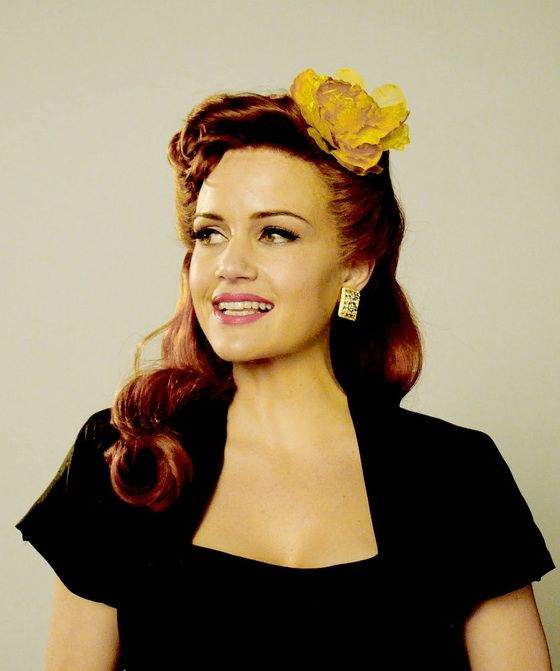 Carla Gugino. Beautiful pin-up hair.