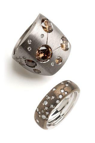 """Dodici anelli in oro, con le costellazioni zodiacali """"disegnate"""" da piccoli diamanti bianchi o fancy (molto fashion): è la nuova collezione Astrum di Repossi Joailliers. Intrigante e perfetta per affrontare con un amuleto il 2009."""