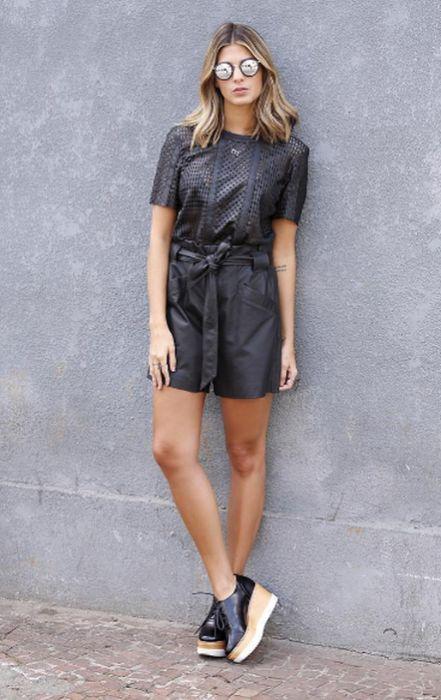 Look con flatforms negros jumper negro jumpsuit negro gafas redondas