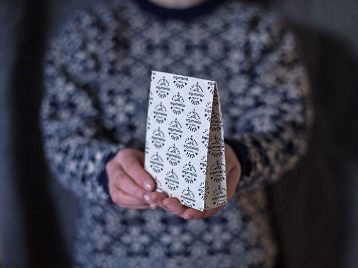 Presentpåse med Equmenia-tryck. Finns att ladda ner i Equmenias bildbank. http://equmenia.se/bildbank
