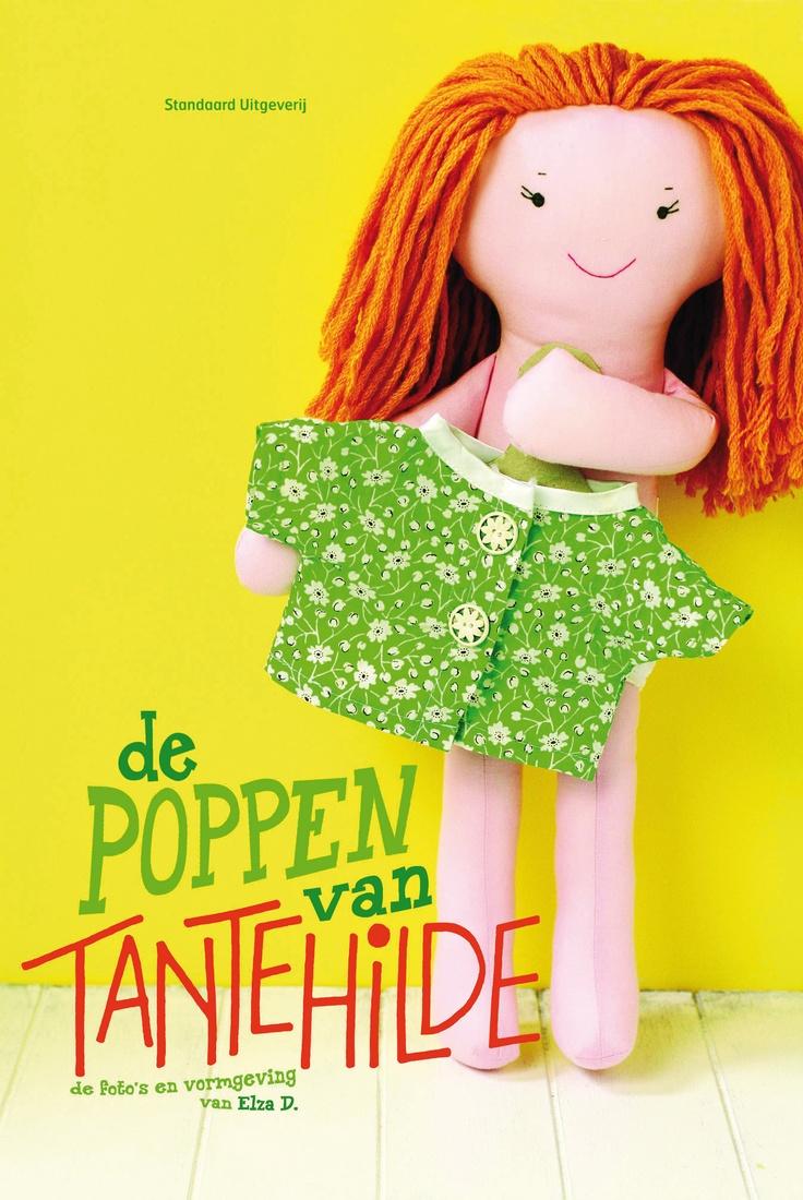 Een Poppenmeisje Met Lange, Blonde Haren En Een Blauwe Jurk, Een Clowntje  Met Een