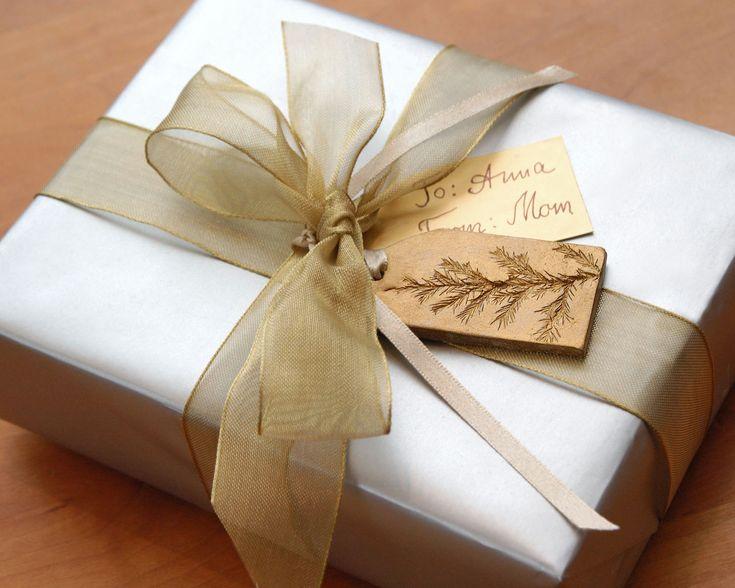 Ornamento in ceramica con decorazione vegetale naturale impressione Natale vacanza Gold Small - Set di 3 ------------------------------------------------------------------------------ Ho scolpito a mano questi ornamenti magica argilla da argilla bianca e impressionato reale sempreverde ramoscelli in argilla. Le piante che ho usato la gamma da orientali rosso cedri, abeti, ginepri, sequoia gigante alle conifere. Gli ornamenti di argilla hanno unimpressione di pianta su entrambi i lati, non…