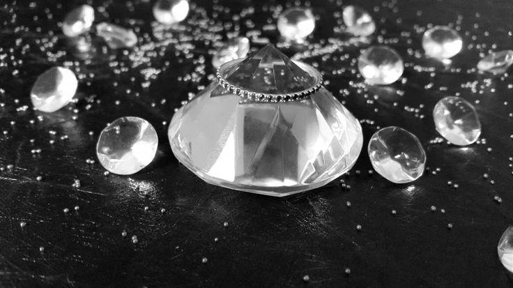 Diamonds are a girl's best friend #hvisk #hviskstyling #hviskstylist #hviskjewellery #newhviskstylist #hviskblackandwhite #smykker #jewellery #diamonds #diamanter #diamond #diamant #ring