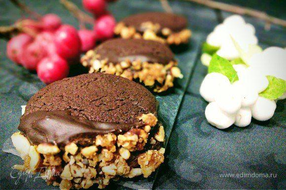 Печенье «Шоколадное желание». Хрустящее шоколадное печенье с нежной прослойкой и глазурью отлично дополнит ваше утреннее чаепитие. Особенно понравится эта быстрая в приготовлении выпечка сладкоежкам. Угощайтесь! #готовимдома #едимдома #кулинария #домашняяеда #печенье #шоколадное #глазурь #орехи #начинка #легкоприготовить #чаепитие #вкусно