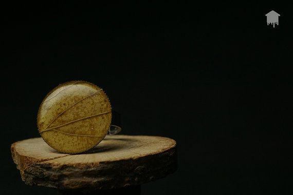 Originale anello realizzato a mano con colata di resina con effetto lucido nella quale è inglobata una vera foglia autunnale.  Il tutto è montato su