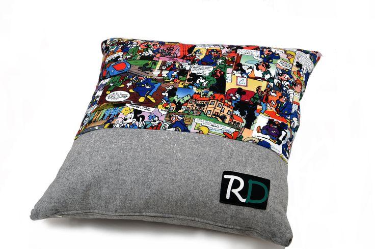 Comics pillows  Il fumetto è una passione che si sviluppa fin da piccoli, poi non ti abbandona più. Da qui, con i ritagli di stoffa della mamma, l'idea di fare un tessuto a fumetti, stampato con una tecnica che non scolorirà mai, abbinandolo a quei scampoli.