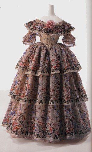 Très belle robe en gaze couleur crème en mélange de laine de soie à impression florale ; jupe à triple volant porté sur une crinoline.
