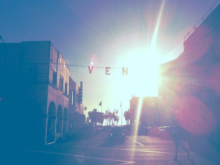 """Les sunsets à Los Angeles c'est tout simplement un des """"must-see"""" sur place! Ils sont tout simplement magnifiques, chaque jour et à chaque période de l'année (Ceux qui me suivent sur Instagram ont pu s'en rendre compte !) ! ET même les jours de pluie (bon ce n'est pas comme si il pleuvait souvent de toute façon !)."""