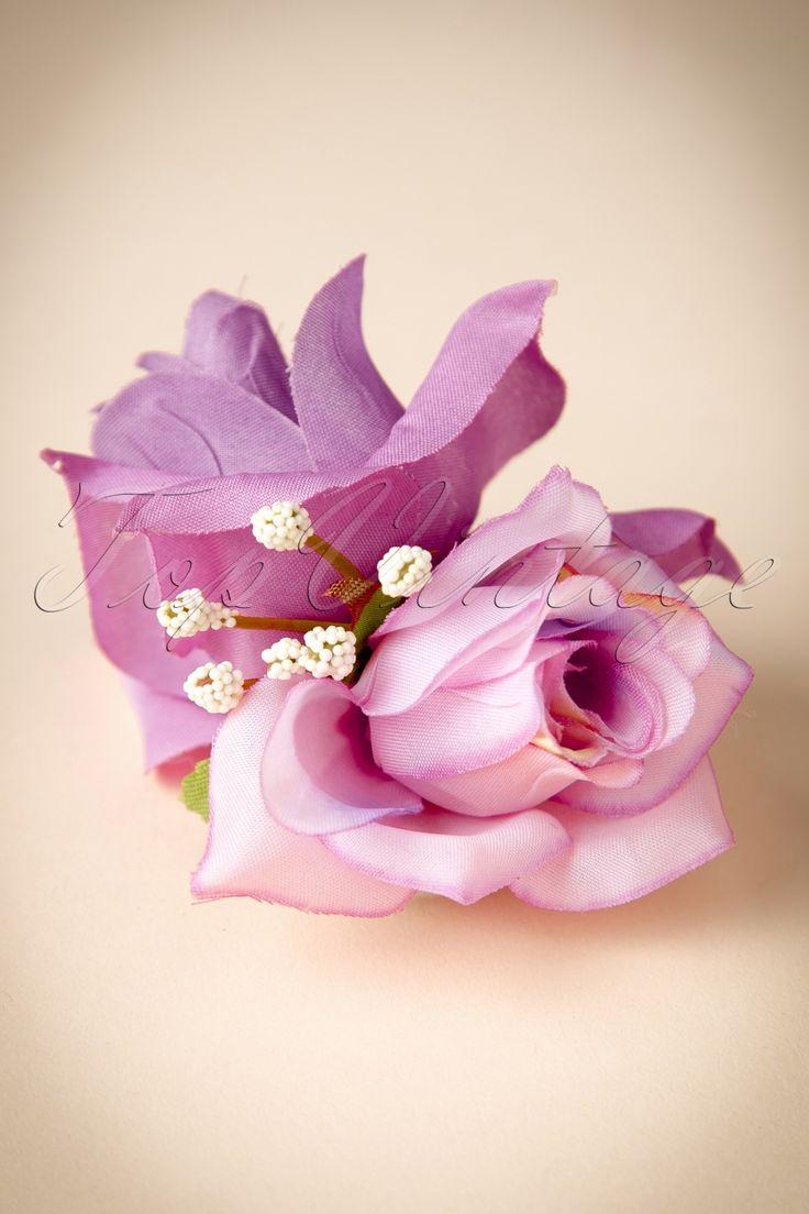 Deze50s A Rose Is A Rose Is A Rose In Lila Hair Clip Broochis zo mooi, hij had wel echt kunnen zijn!  Stel je toch voor, op vakantie in een super exotisch oord kom je de mooiste bloemen tegen. Wat doen we dan? Juuuist die steek je in je haar. Dus ook deze beauty! En om het je makkelijk te maken kan dit schatje in je haar én aan je kleding geklemd worden. Dus waar je ook naartoe gaat, 'be sure to wear a flower'! De afgebeelde jurk en accessoires zijn niet...