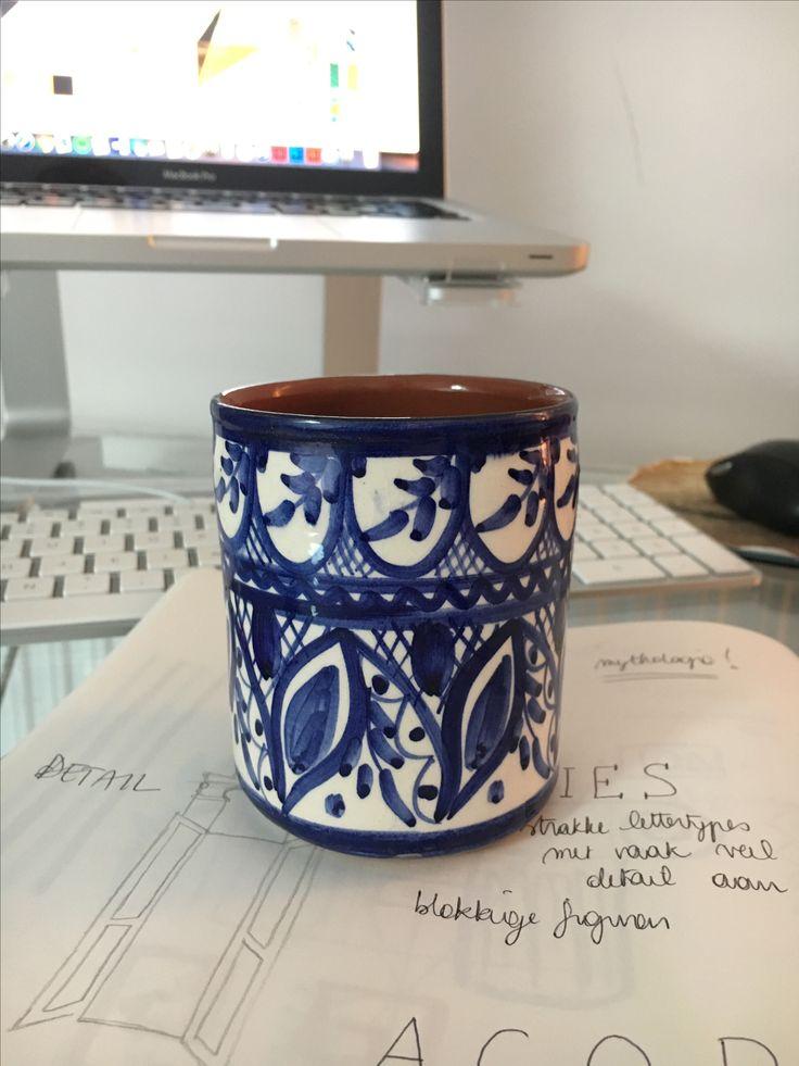 Geografische stijl 3 GRIEKS Kopje waaruit ik aan het drinken ben dat van Griekenland komt. De typische blauwe waterverf op aardewerk.