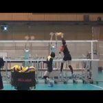 Léquipe japonaise de Volley-ball féminine sentraine avec des robots