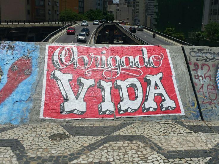E para fechar a semana, esse lindo agradecimento na rua da Consolação, em São Paulo, que o @artenacidade compartilha com a gente. Gratidão, afinal, o fim de semana está aí… Uhu! 👊👊