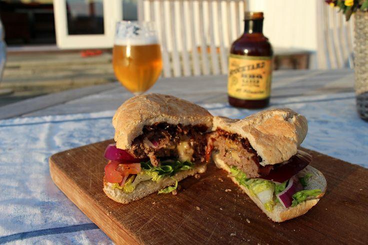 Fylt burger laget med Burger Pocket Press og glasert med KC pitmaster Grillsaus. http://grillhagen.no/products/burger-pocket-press