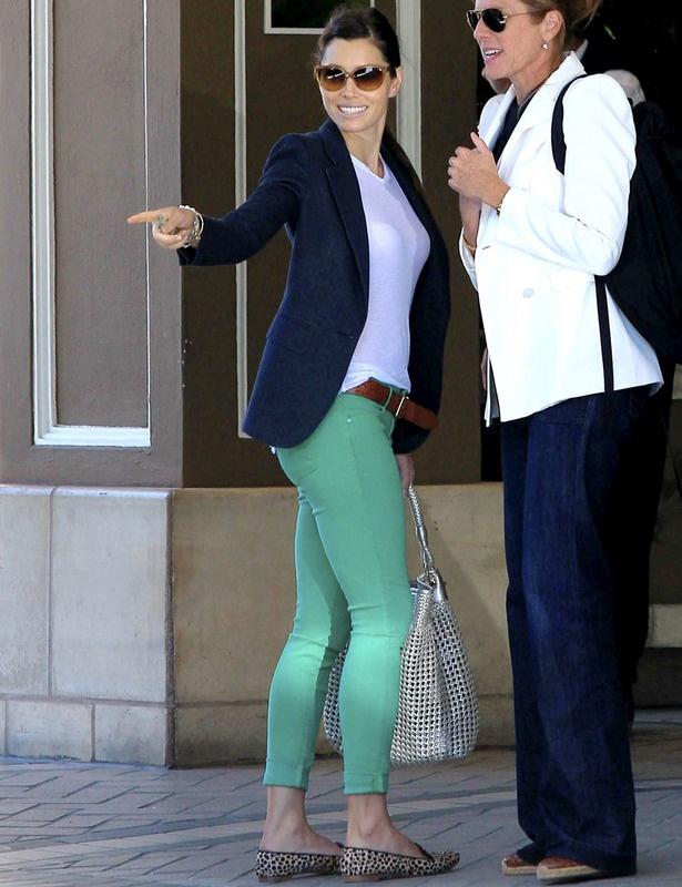 Jessica Biel esta vez con slippers de animal print y un look working: pitillos de colores en verde mint, camiseta blanca, blazer en azul marino, cinturón de piel y bolso XL en plata.
