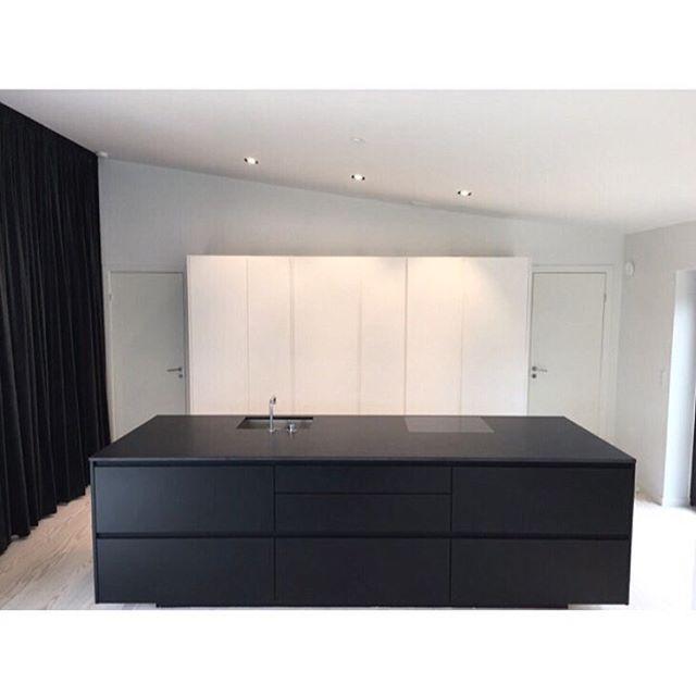Black or white #kitchen? Why not grab both? #tintabykvik in the home of Danish designer @emilthorup from @handvark who clearly prefer the minimalistic look ✨✨ #kvikkitchen#regram#minimalistickitchen#danishdesign#blacknwhite