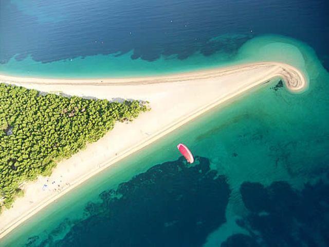 Η στενή αυτή αμμώδης χερσόνησος «μπαίνει» 275 μέτρα μέσα στη θάλασσα και αλλάζει μέγεθος και σχήμα, ανάλογα με τα ρεύματα