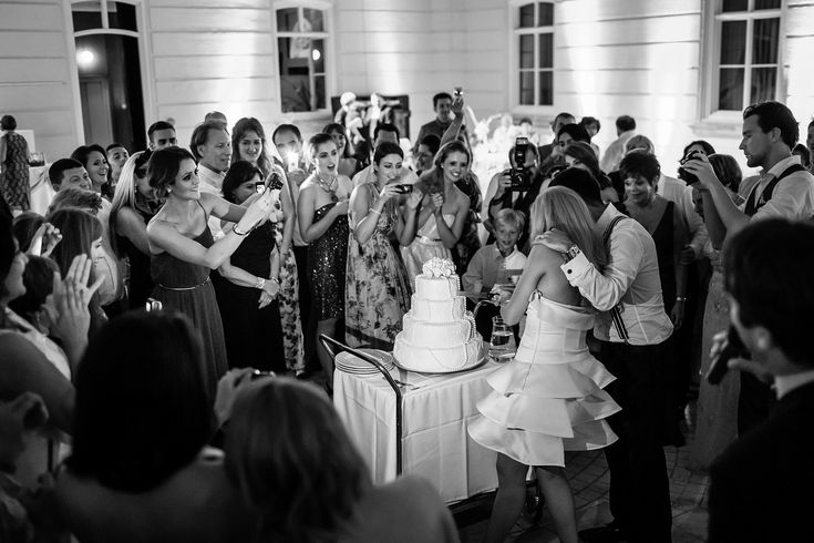 jewish wedding photography Budapest. cake cutting ceremony