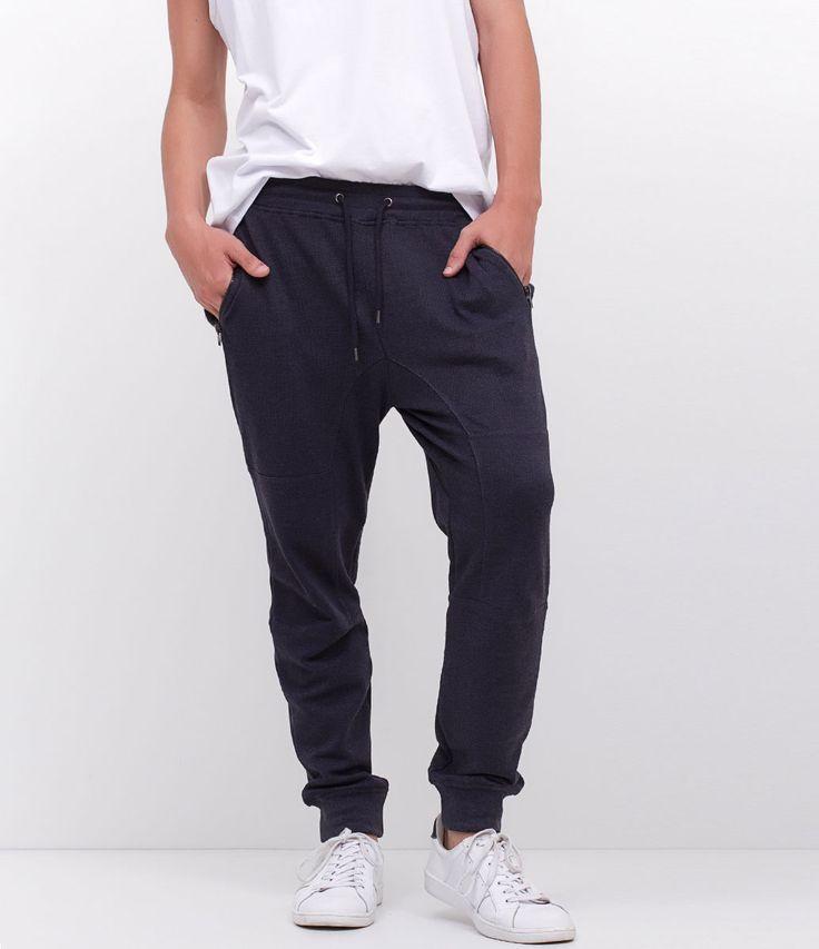 Calça masculina     Modelo jogger   Com bolso em ziper    Marca: Blue Steel      Tecido: meia malha      Composição: 60% poliéster e 40% algodão      Modelo veste tamanho:  M           Medidas do modelo:         Altura: 1,84    Tórax: 94    Cintura: 80    Quadril: 99         COLEÇÃO VERÃO 2017         Veja outras opções de    calças masculinas.