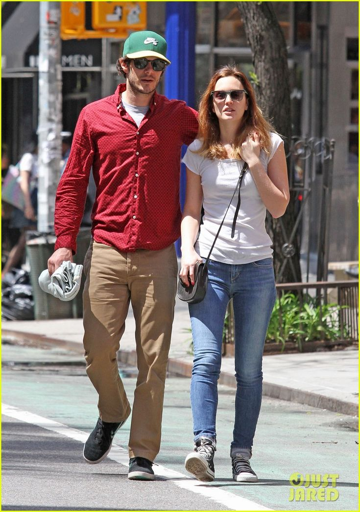 leighton meester adam brody romantic new york stroll 04 Adam Brody wraps his arm around his wife Leighton Meester's shoulder while going for a romantic stroll on Thursday afternoon (May 1) in New York City.    The super…