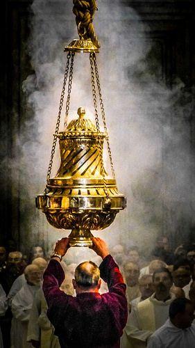 O Tiraboleiro co Botafumeiro. Catedral de Santiago de Compostela, Galicia - Final del Camino Misa del peregrino