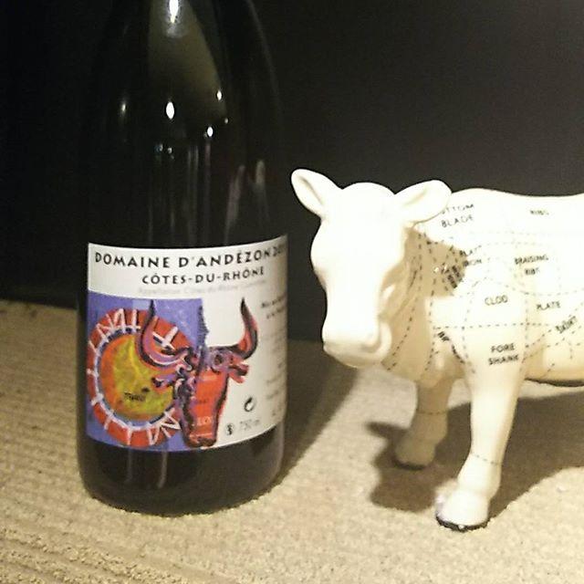 今日はお肉にあうワインをご紹介🍷 コート・デュ・ローヌ・ルージュ ヴィエイユ・ヴィニュ2015 #CotesduRhoneVieillesVignes こちらはボトル、グラスでご提供してます✨ フルボディ 辛口 シラー  樹齢60年の木から収穫されるシーラー種を100%使用したワイン。さらに、ろ過も清澄もしないそのままの味わいが楽しめます  このキュヴェは、ヴァリギエール村とエステザルク村の葡萄が使用されています。エステザルグ村はパワフルですが、ヴィリギィエール村はフルーティな果実実が特徴です。割合はVTによって違い、とても興味深いものとなります。通常は6ヶ月タンク熟成します。ほとんど透けて通らない濃厚なカラーで、しっかりとした目の詰まった味わい、ダークフルーツやリコリス、ペッパーが感じられます。攻撃的なタンニンのある割りには、しなやかさも兼ね備えています。