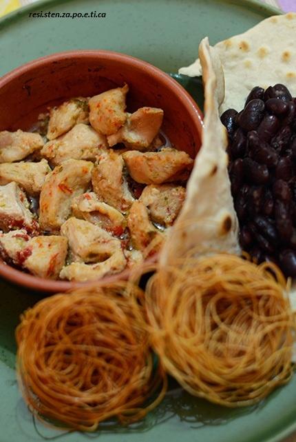 Chili con carne di tacchino con contorno di salsola, tortilla e fagioli