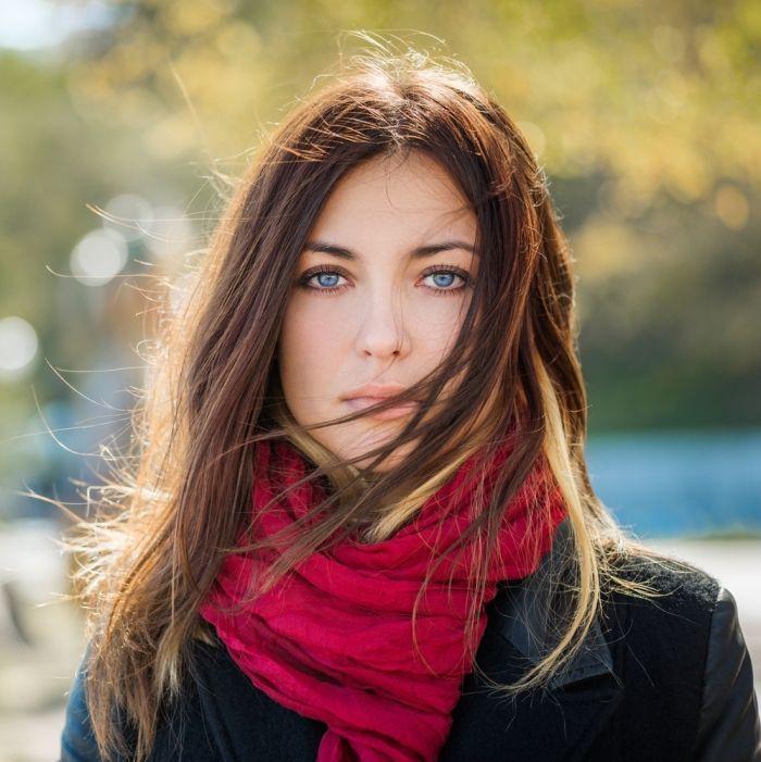 Idée Coiffure :    Description   quelle couleur de cheveux, tenue en veste cuir noir et écharpe longue rouge, coiffure cheveux femme châtain clair avec mèches cuivre et blonde    - #Coiffure https://madame.tn/beaute/coiffure/idee-coiffure-quelle-couleur-de-cheveux-tenue-en-veste-cuir-noir-et-echarpe-longue-rouge-co/
