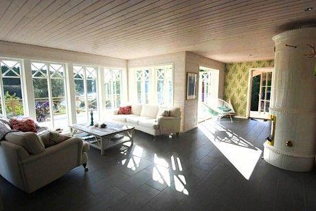 Ekstrands fönster med äkta wienerspröjs på sommarvilla #Ekstrands #fönster #fonster #sprojs #windows #window #villa #Sweden #Sverige #sommarhus #inspiration #klassiskt #interior #interiör #krysspröjs  #kakelugn #inredning