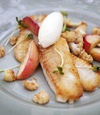 Brynt abborrefilé med råstekt blomkål och äpple samt vispat brynt smör och kokt potatis