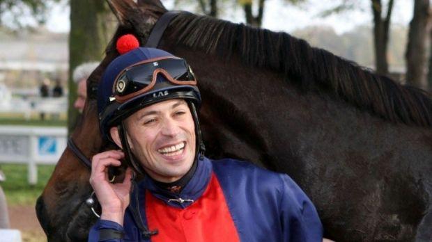 Daniele Porcu, un jockeu italian de excepţie, a murit joi, la vârsta de 34 de ani, la aproximativ o lună după ce fusese diagnosticat cu cancer. Daniele Porcu a fost diagnosticat cu cancer după ce a participat la un concurs în Japonia, la sfârşitul lunii noiembrie.   #ChristopheSoumillon #DanielePorcu
