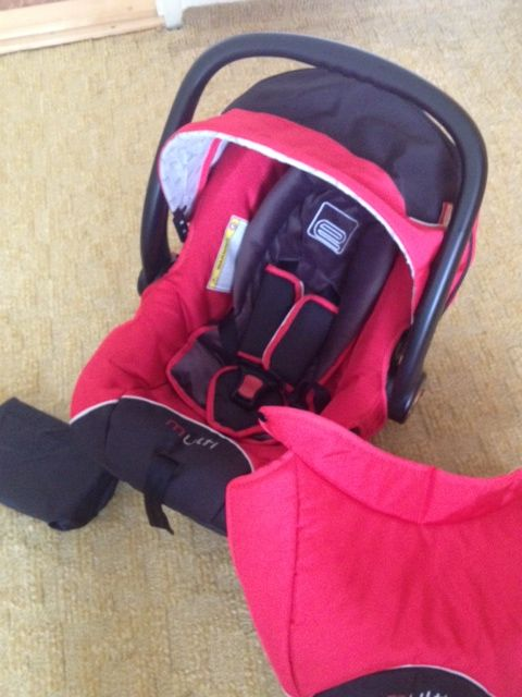 Dětská sedačka zajistí bezpečné převážení dítěte pro váhovou kategorii 0 – 13 kg. Disponuje zvýšenou ochranou před bočními nárazy. Je vyrobena z kvalitního materiálu, je prostorná a velmi pohodlná pro dítě. Výplň lze použít pro nejmenší děti,zabraňuje volnému naklánění hlavičky do stran, později se dá vyndat a zvětšit prostor. Použitá pro jedno dítě. Ergonomická rukojeť slouží kpřenášení smožností aretace. Proti sluníčku slouží stříška. Údržba snadná, potah pratelný. 690 Kč