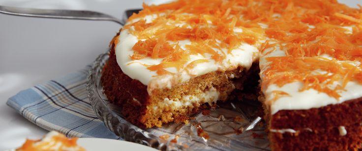 Mange synes at den saftigste og beste kaken er gulrotkake. Og med rette! Revne gulrøtter gjør denne kaken ekstra saftig. Bak to, og putt i fryseren, så har du til siden.