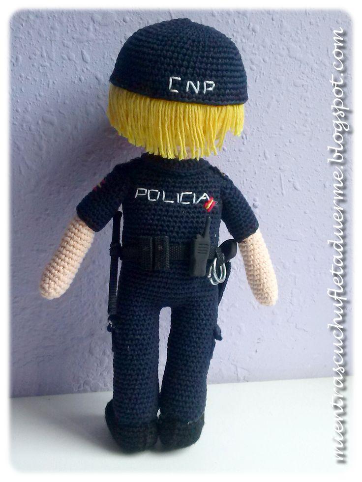 UN POLICIA NACIONAL A CROCHET AMIGURUMI POLICEMAN