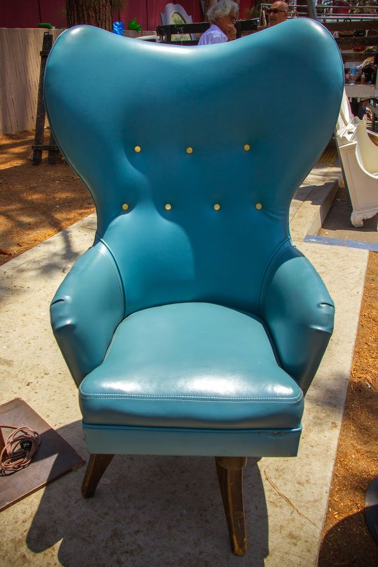 beautiful turquoise chair at Melrose-Fairfax flea market  Блошиный рынок на Мелроуз. ~ Long Way Home