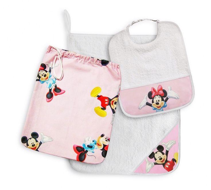 """Il set asilo """"Topolino e Minnie"""" rosa contiene: un Bavaglino Asilo con Elastico collo, un Asciugamano con Asola di 8 cm per appenderlo e un Sacchetto Lo puoi vedere qui: http://www.coccobaby.com/prodotto/set-consigliati-e-novita/set-completi-risparmio/683/set-asilo-topolino-e-minnie-rosa"""