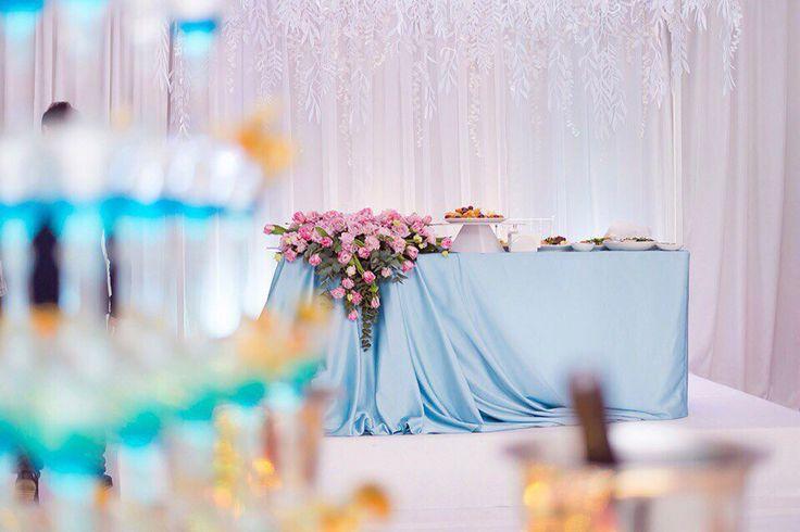 Стол молодожёнов голубой розовый белый тюльпаны розовый кварц wedding table inspiration