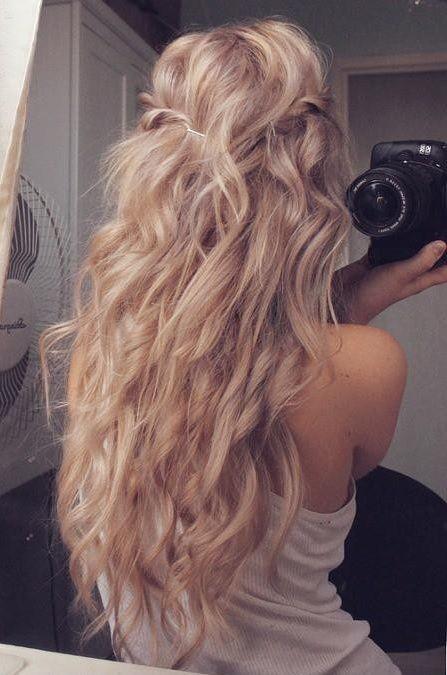 falowane włosy blond