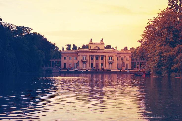Pałac na wodzie - serce Parku Łazienkowskiego, niegdyś letnia rezydencja króla Stanisława - #Warszawa  #SlightlyDelicious